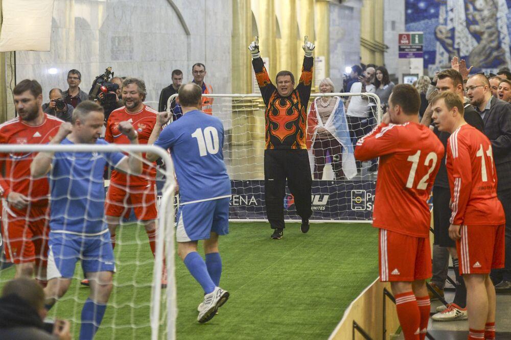 Alors que la majorité de spectateurs espéraient un match nul, l'équipe des supporters de l'équipe de Russie a gagné sur le score de 8 à 6.