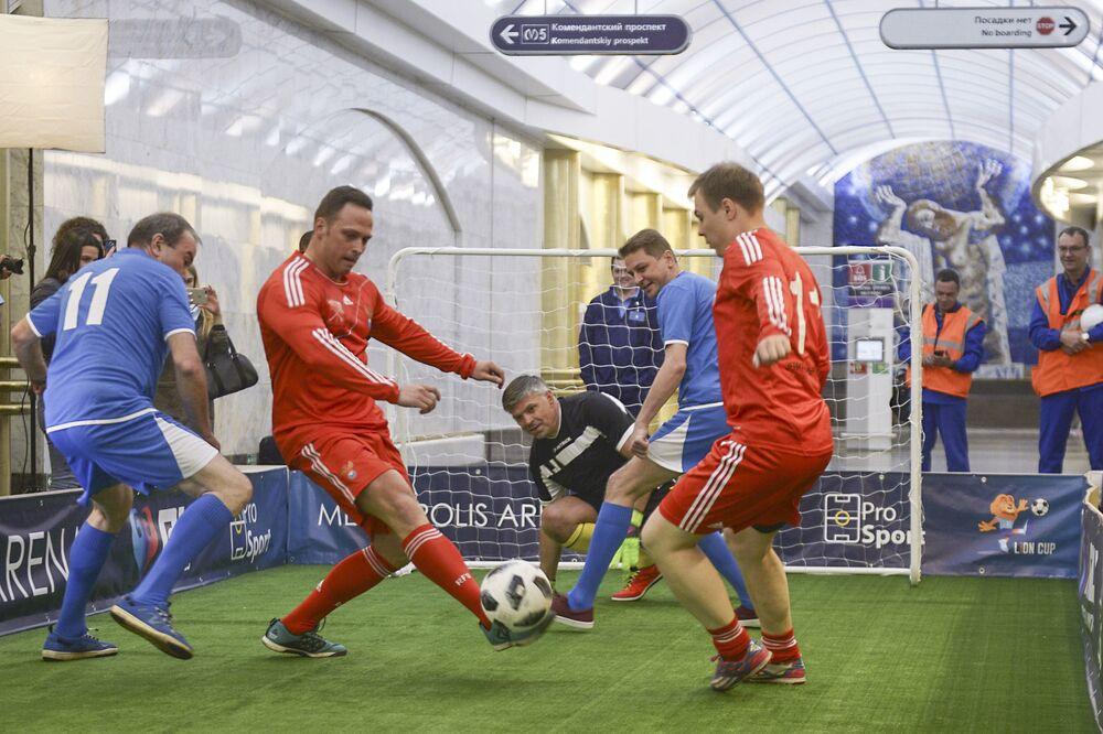 Un match de foot dans le métro à Saint-Pétersbourg.