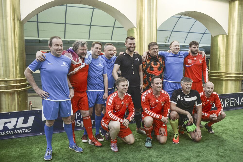 Joueurs après le match de foot sur le quai de la station de métro Mejdounarodnaïa à Saint-Pétersbourg.