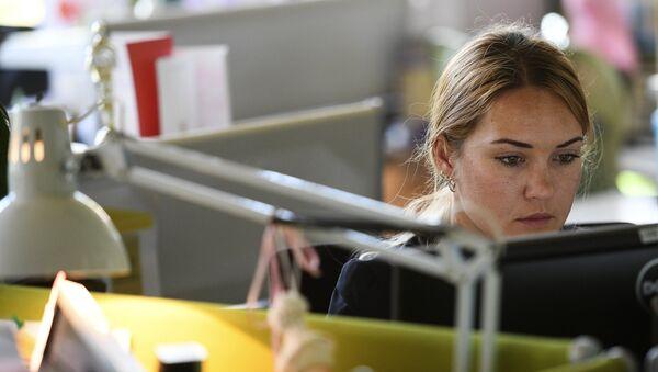 Femme au bureau - Sputnik France