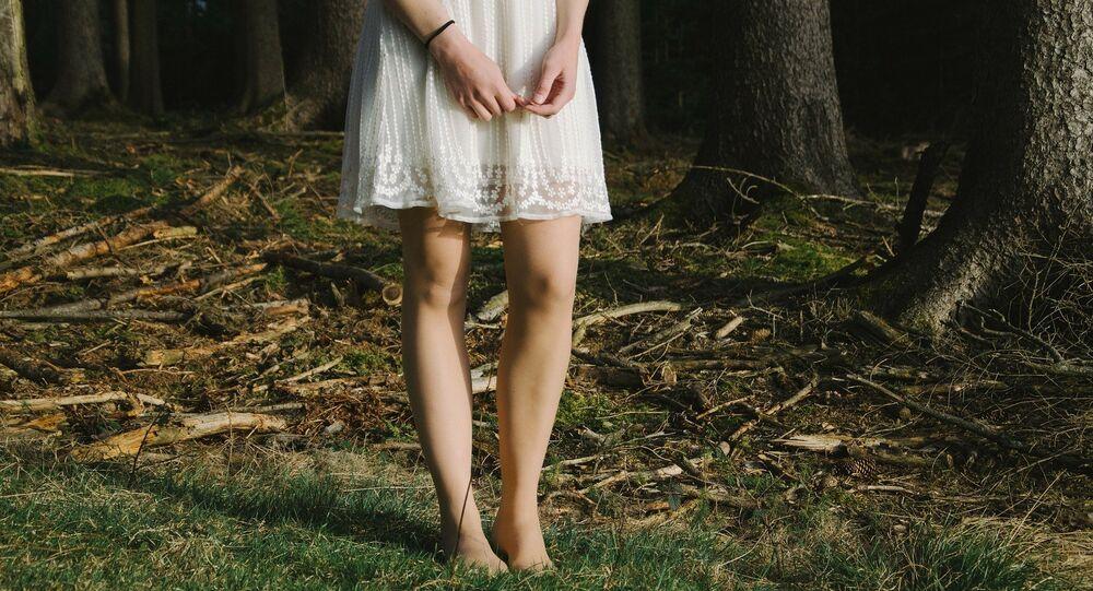 Une jeune fille portant une robe