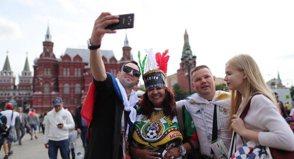 Des fans de foot sur la place du Manège à Moscou
