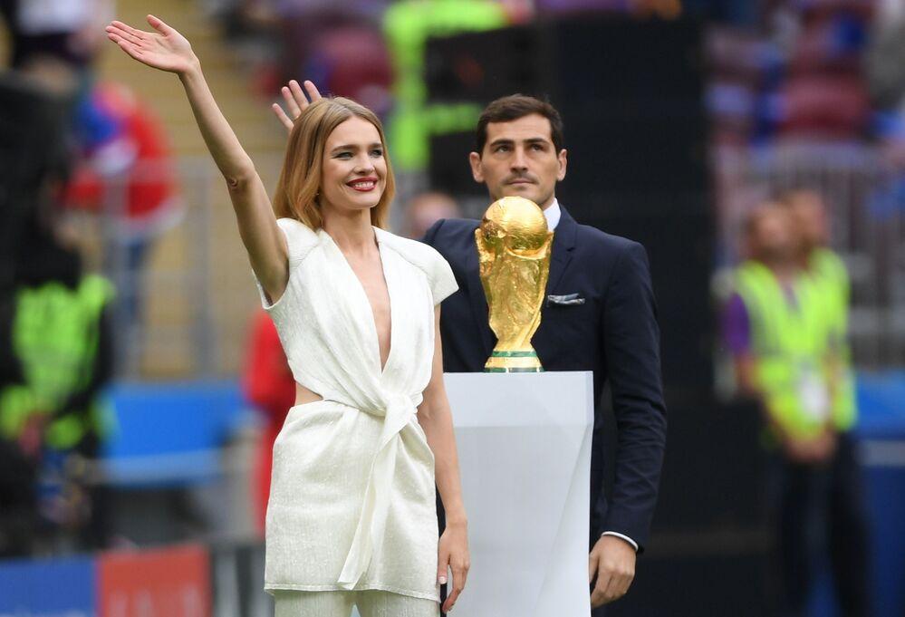 Une heure et demie avant le premier match de la compétition, le mannequin russe Natalia Vodianova et le célèbre gardien de but espagnol Iker Casillas ont présenté aux spectateurs le trophée.
