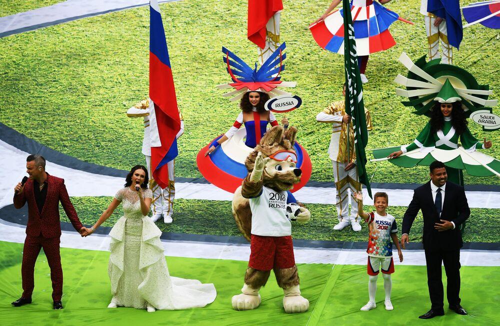 Robbie Williams et Aïda Garifoullina ont interprété la chanson Angels et le légendaire footballeur brésilien Ronaldo, accompagné de la mascotte du championnat Zabivaka et d'un des enfants participant à la cérémonie d'ouverture, a frappé symboliquement le ballon officiel de la Coupe du Monde de football de 2018 pour donner le coup d'envoi de la compétition.