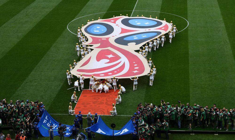 Le logo officiel de la Coupe du Monde de 2018 a été dévoilé en octobre 2014. On y retrouve les contours du trophée qui sera remis au vainqueur.