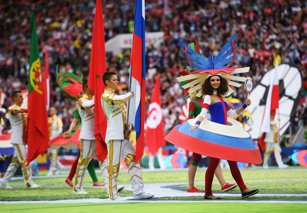 Les drapeaux des 32 pays participants à la Coupe du Monde de football sont apparus dans le stade lors de l'interprétation de la chanson Angels.