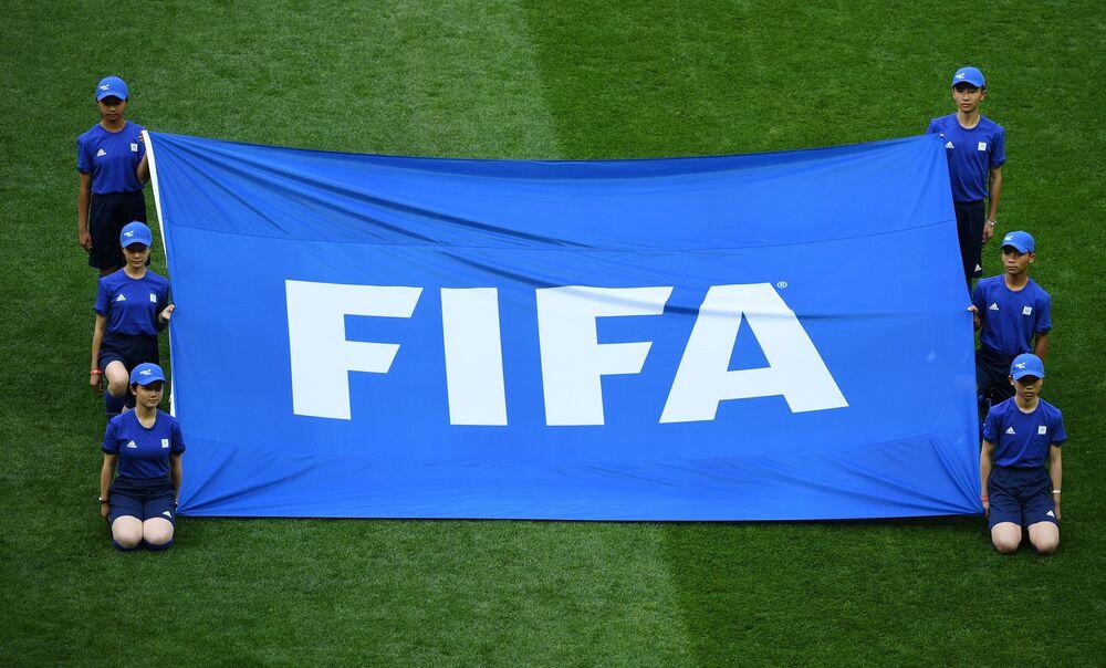 Le drapeau de la Fédération internationale de football est traditionnellement apparu sur le terrain avant le début de la cérémonie d'ouverture du Mondial.