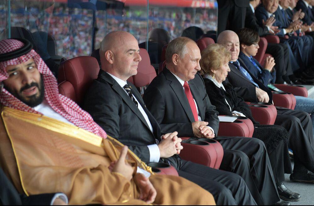 Le prince héritier d'Arabie saoudite Mohammed ben Salmane et le président de la FIFA Gianni Infantino ont assisté à la cérémonie d'ouverture de la Coupe du Monde aux côtés du chef d'État russe.