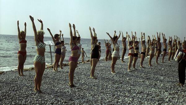 Оздоровительная гимнастика на пляже. - Sputnik France