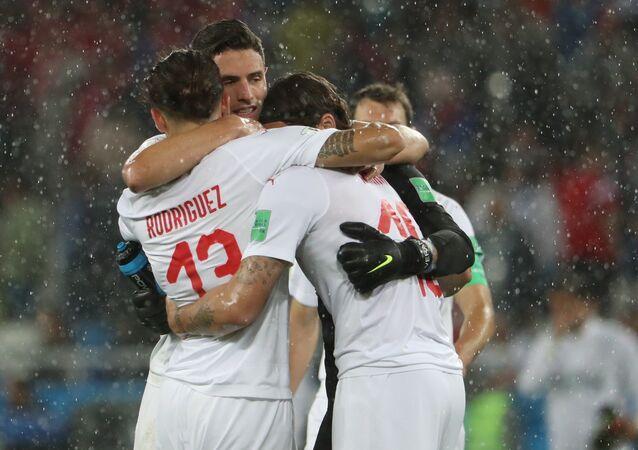 Игроки сборной Швейцарии радуются победе в матче группового этапа чемпионата мира по футболу между сборными Сербии и Швейцарии.