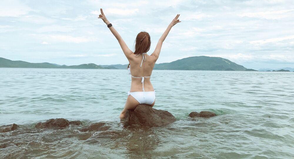 Une jeune femme en bikini