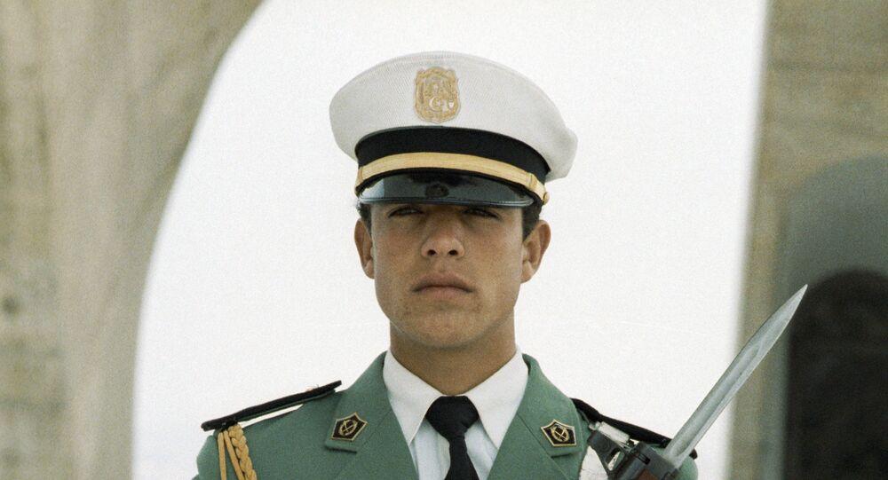 Une sentinelle devant le monument de l'Indépendance à Alger