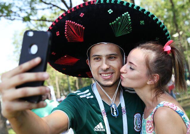 Болельщики перед матчем ЧМ-2018 по футболу между сборными Бразилии и Мексики