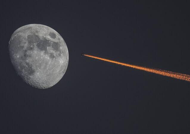 La Lune et un avion au coucher de soleil