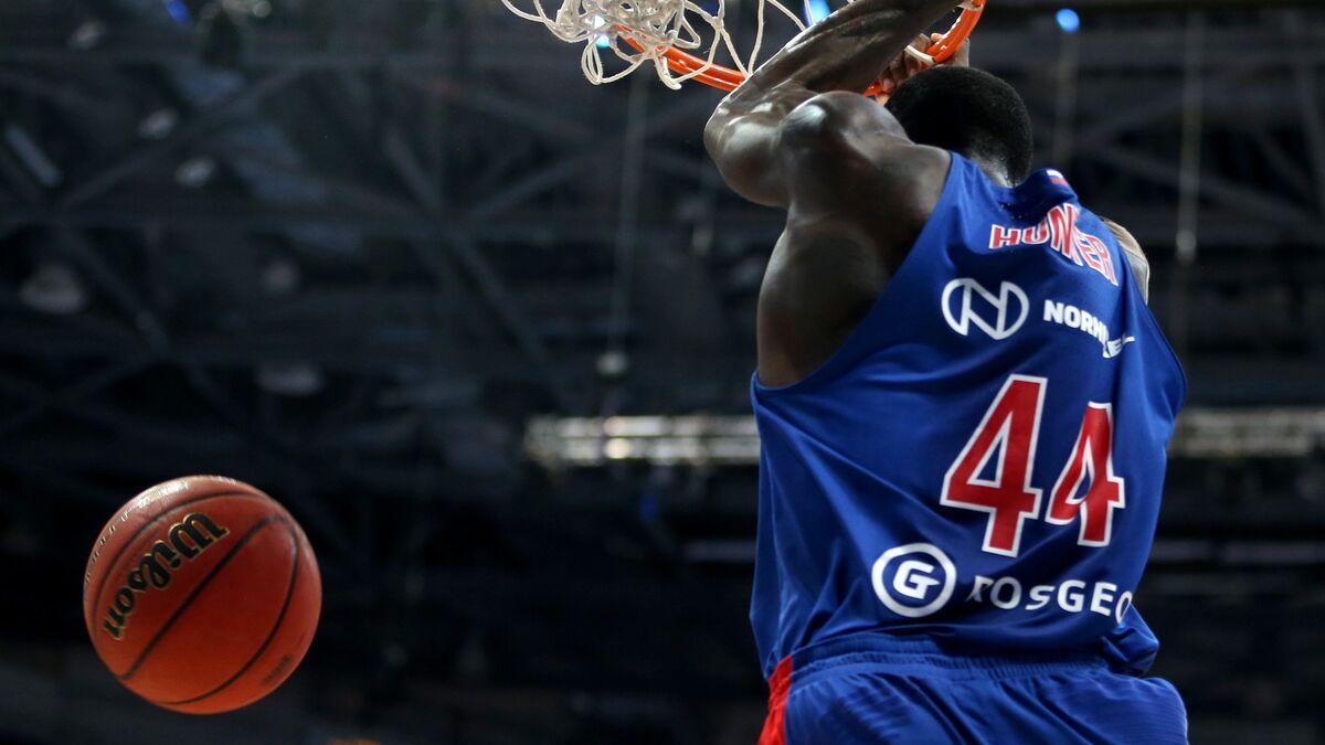 Un match de basket international tourne au combat aux poings