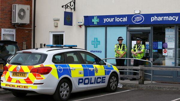 Police officers guard outside a branch of Boots pharmacy, which has been cordoned off after two people were hospitalised and police declared a 'major incident', in Amesbury, Wiltshire, Britain, July 4, 2018 - Sputnik France
