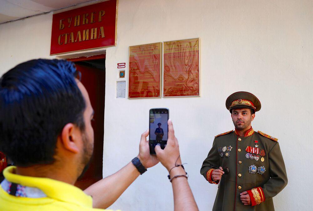 Des supporters visitent le bunker de Staline à Samara