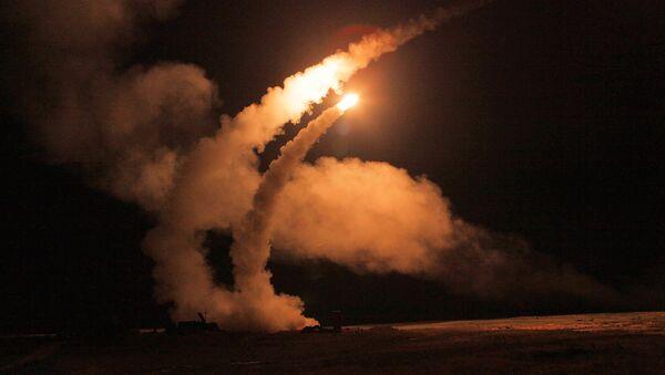 Un tir nocturne de missiles S-400 Triumph sur un polygone russe - Sputnik France
