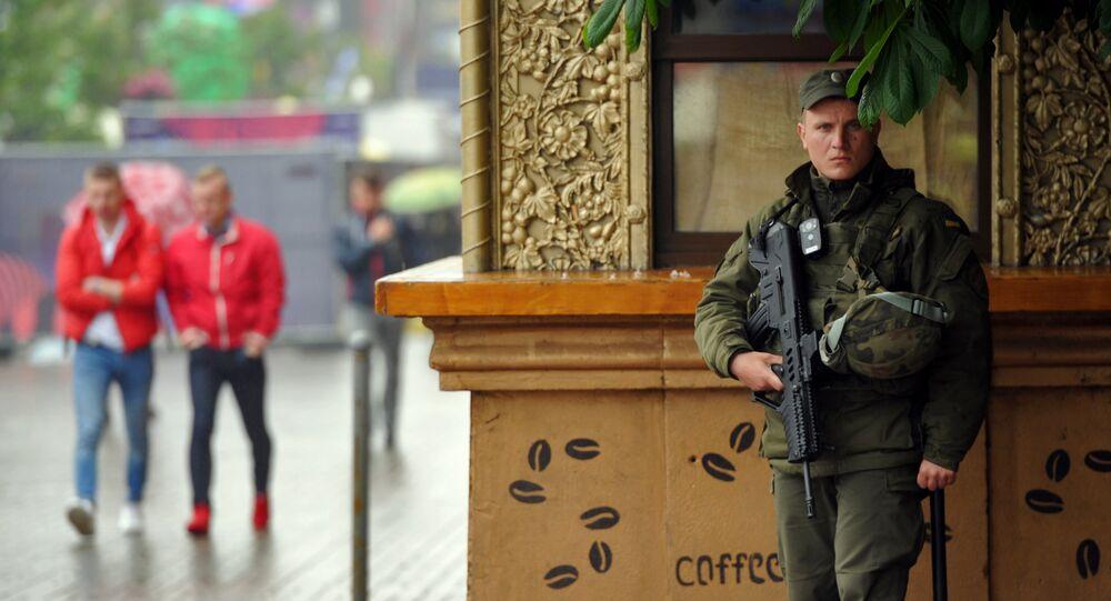 Un policier ukrainien au fusil Tavor