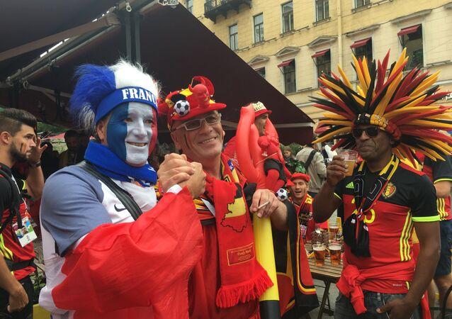 Des supporters français et belges à Saint-Pétersbourg avant le match France-Belgique