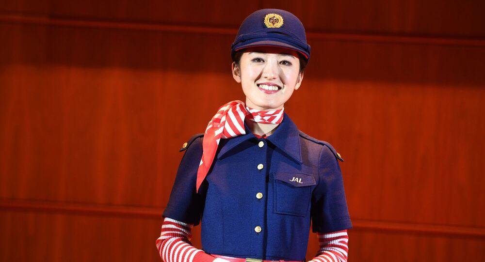 Une hôtesse de la compagnie Japan Airlines