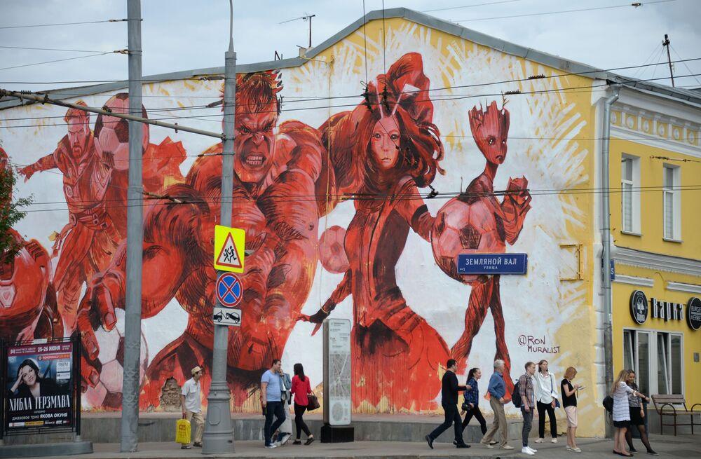 Découvrez des graffitis réalisés en l'honneur du football dans différentes villes russes