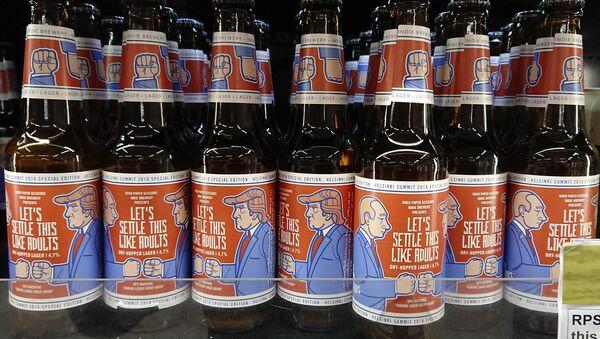 Beer bottles with labels depicting Russian President Vladimir Putin (L) and US President Donald Trump - Sputnik France