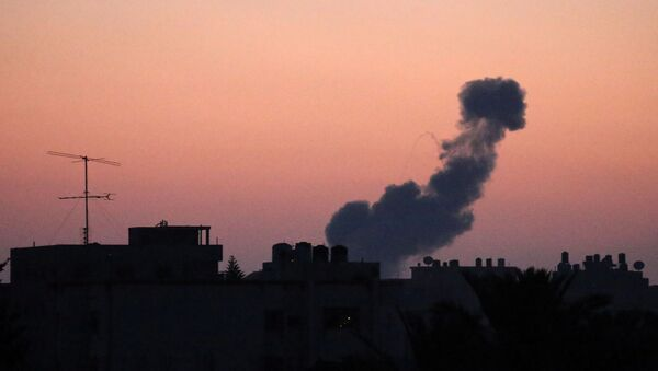 Fumaça subindo após um ataque aéreo de Israel na parte central da Faixa de Gaza, 20 de junho de 2018 - Sputnik France