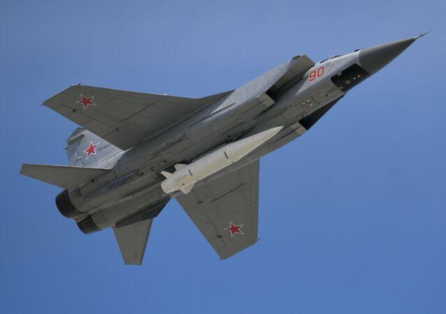 Un chasseur russe MiG-31 Un chasseur russe MiG-31 avec un missile hypersonique Kinjal