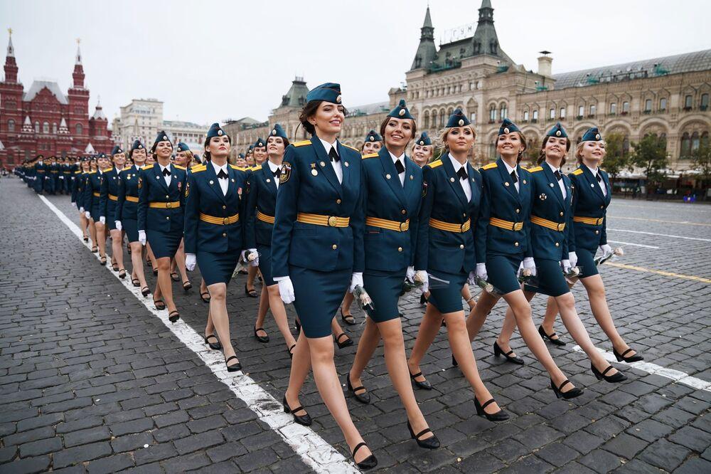 La cérémonie de fin d'études des élèves officiers sur la place Rouge à Moscou