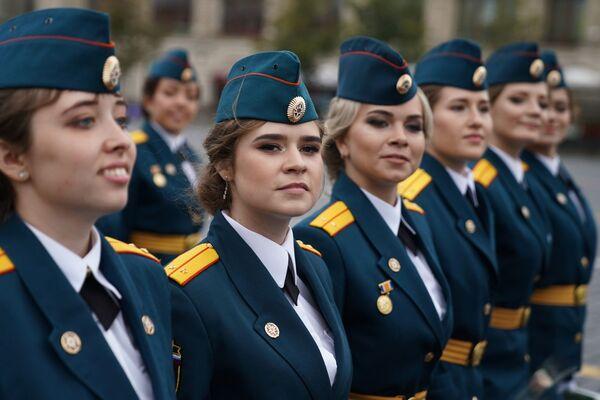 La cérémonie de fin d'études des élèves officiers sur la place Rouge à Moscou - Sputnik France