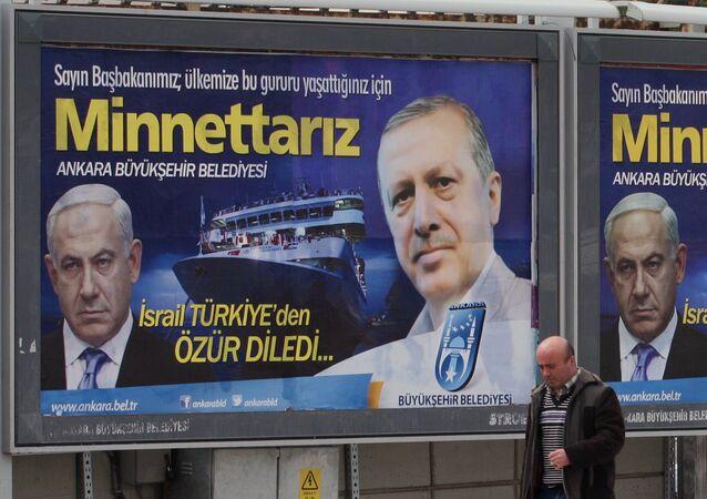 Un panneau d'affichage avec des photos de Benjamin Netanyahu et de Recep Tayyip Erdogan