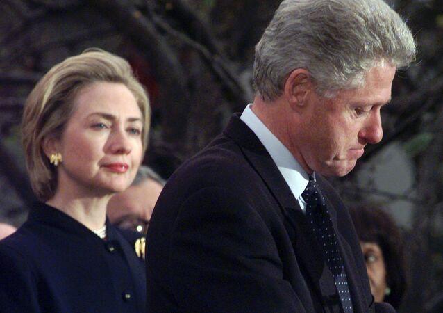 Hillary Rodham Clinton, alors la First Lady US, avec le President Clinton en décembre 1998