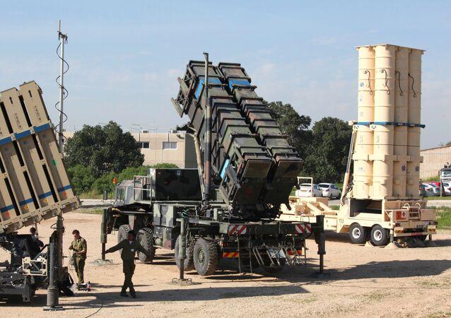 Des soldats israéliens devant des systèmes de missiles Patriot (au centre) et Arrow 3 (à droite)