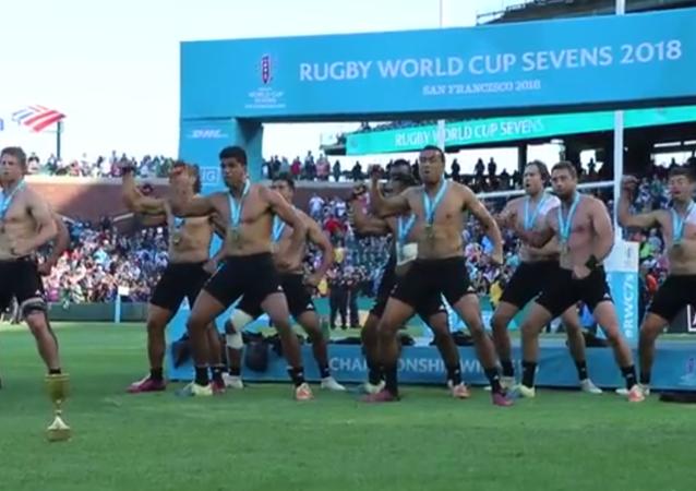 Le haka torse nu incendiaire des All Blacks, champions du monde de rugby à VII
