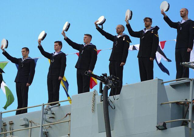 L'équipage du  HMS Bulwark (la Royal Navy) salue la reine Elizabeth II lors d'un voyage