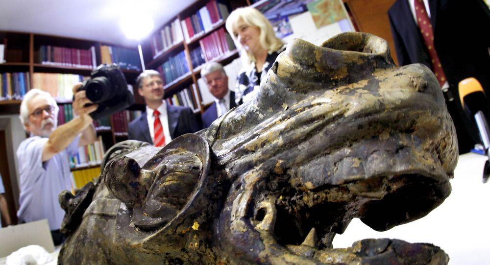 La tête d'un cheval en bronze