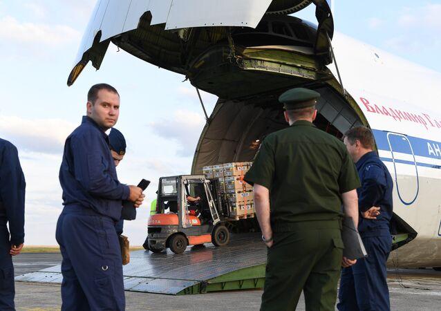 Chargement de l'aide humanitaire française destinée à la Syrie à bord d'un An 124 russe.