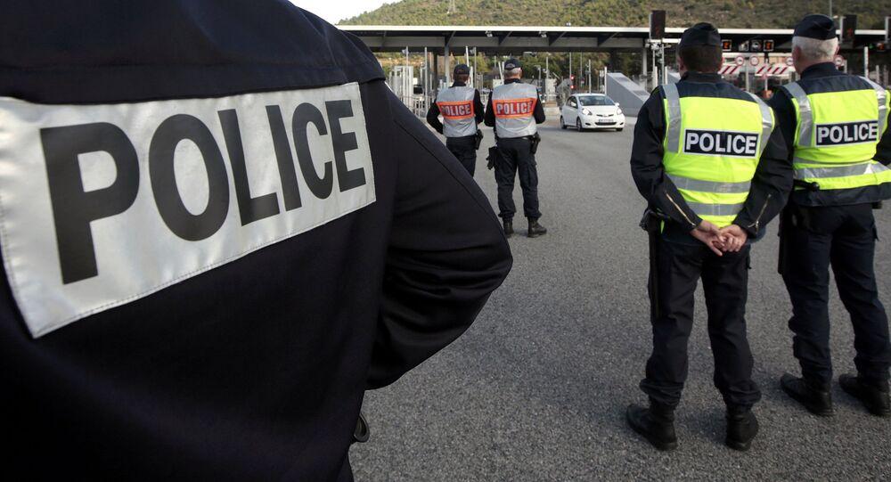 La police française conduit un contrôle à proximité de la frontière franco-italienne lors de la conférence sur le climat COP21 en 2015