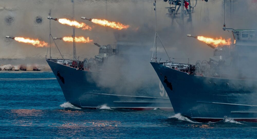 Les dragueurs de mines russes Kovrovets et Ivan Goloubets lors de la Journée de la Marine russe 2018