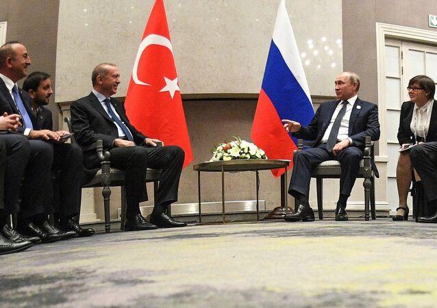 Russlands Präsident Wladimir Putin (r. in d. M.) und Präsident der Türkei Recep Tayyip Erdogan beim BRICS-Gipfel am 26. Juli 2018