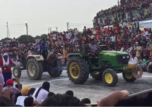 Investi par des centaines de spectateurs, un garage industriel s'effondre en Inde (vidéo)