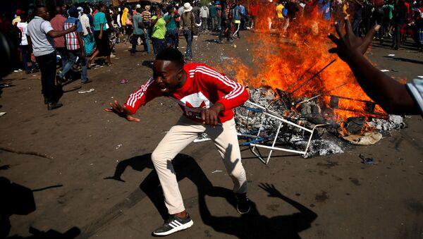 Zimbabwe: gaz lacrymogènes et tirs à balle réelle dans les rues de la capitale, un mort - Sputnik France