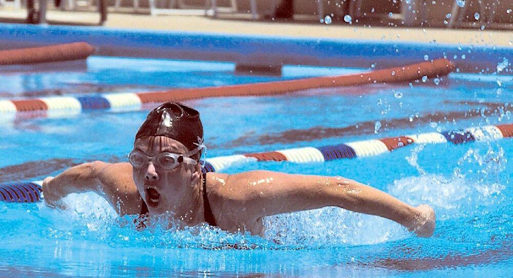 Un nageur pratiquant le papillon (image d'illustration)