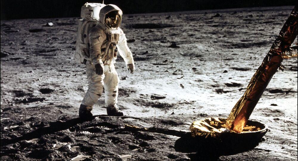 Un astronaute US marchant sur la Lune