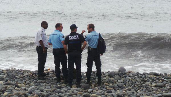 Des policiers et gendarmes français sur la plage de La Réunion où un débris d'avion a été retrouvé en 2015 - Sputnik France