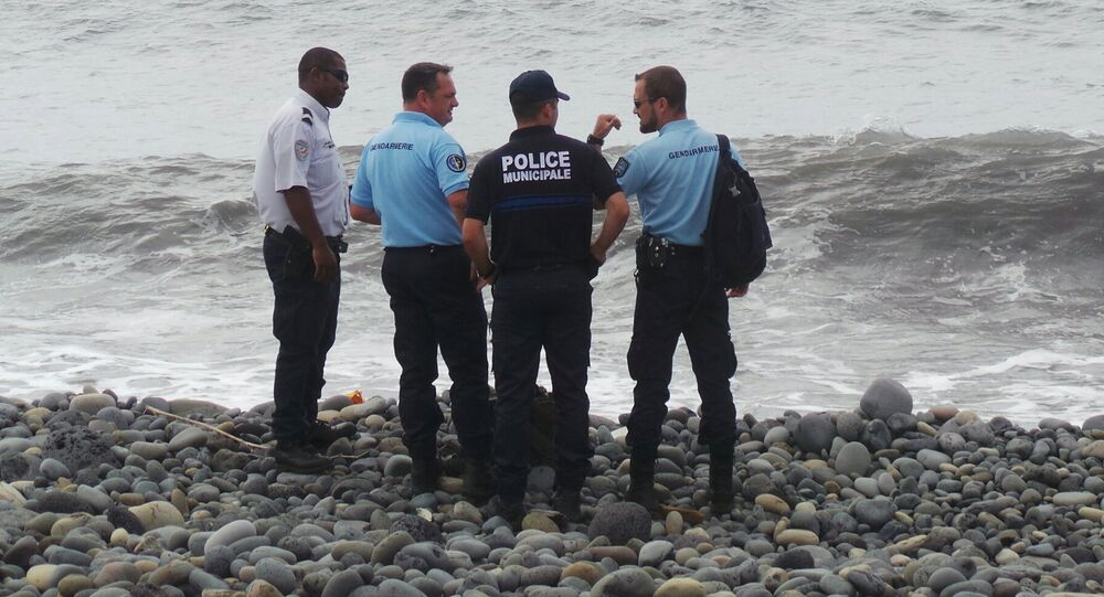 Des policiers et gendarmes français sur la plage de La Réunion