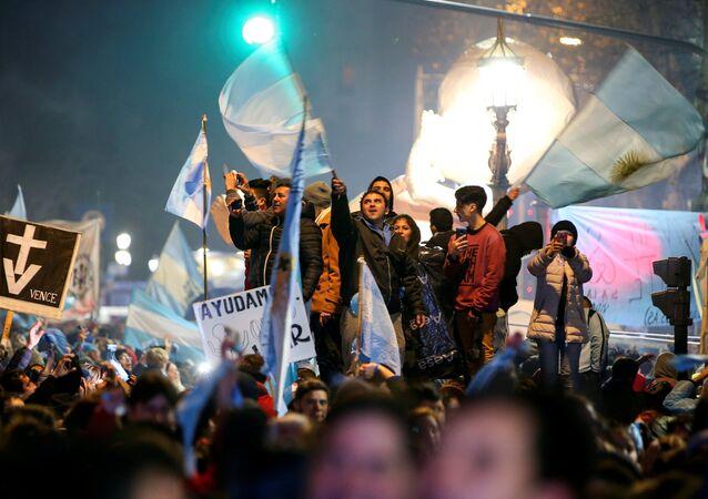 Activistas contra la legalización del aborto en Argentina celebran el resultado de la votación en el Congreso Nacional