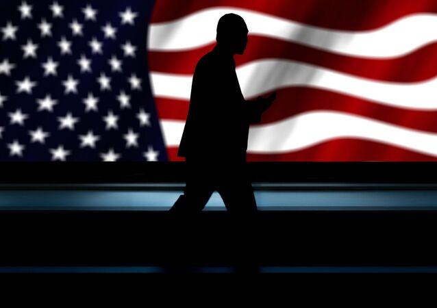 Un silhouette masculin sur fond du drapeau américain