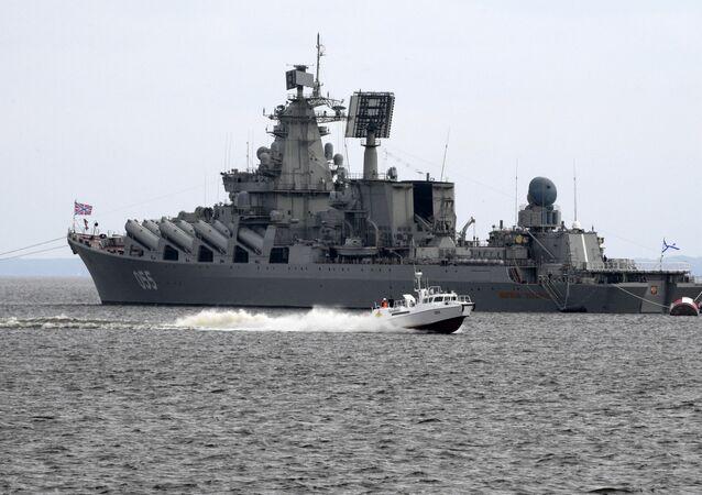 Le croiseur lance-missile Marchal Oustinov